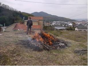 この後は、焼き上がるまで火を絶やさず薪を補充して行きます。