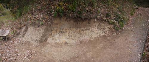 土を採取した跡
